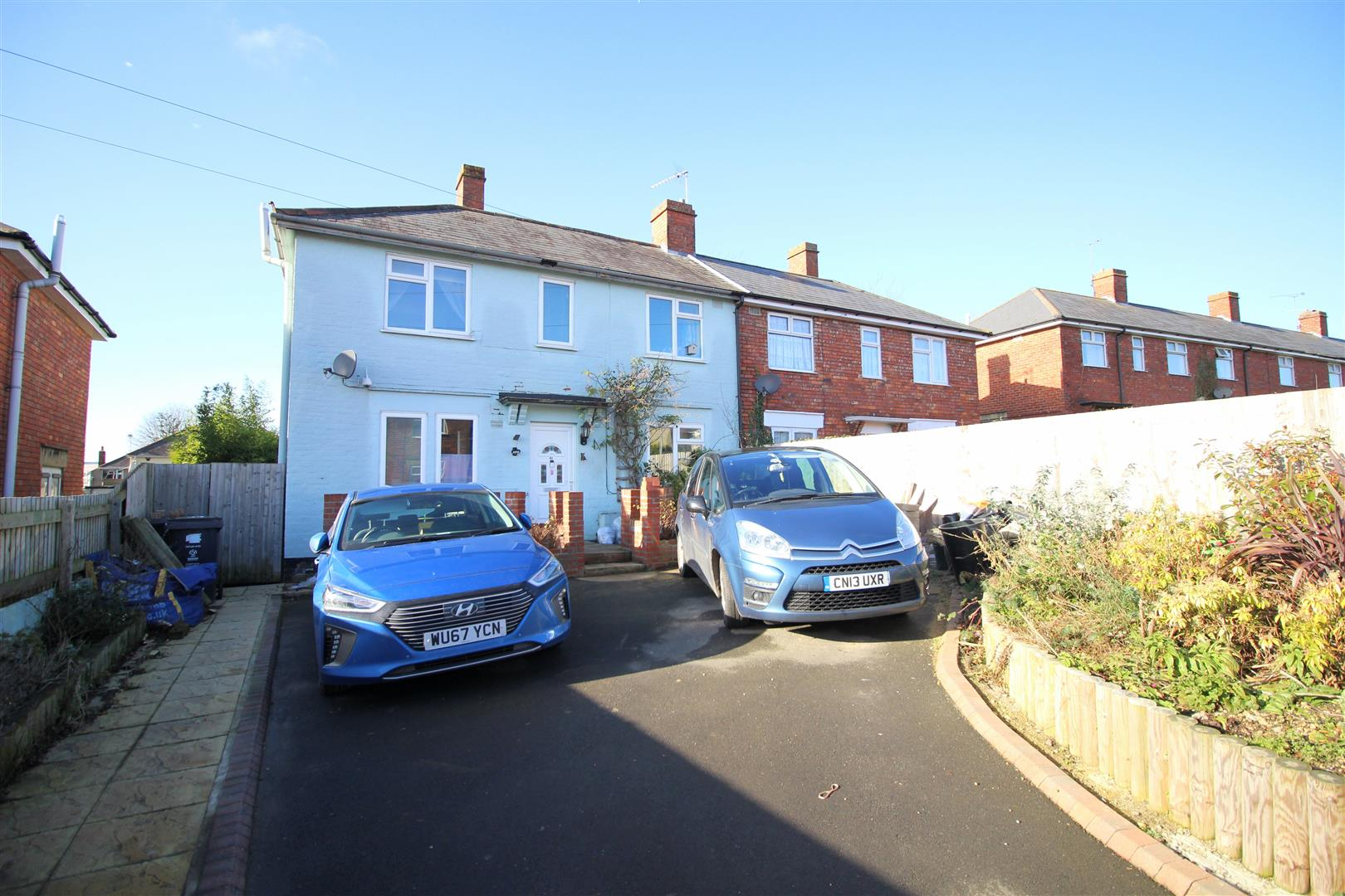 3 Bedrooms Semi Detached House for sale in Linden Avenue, Pinehurst, Swindon